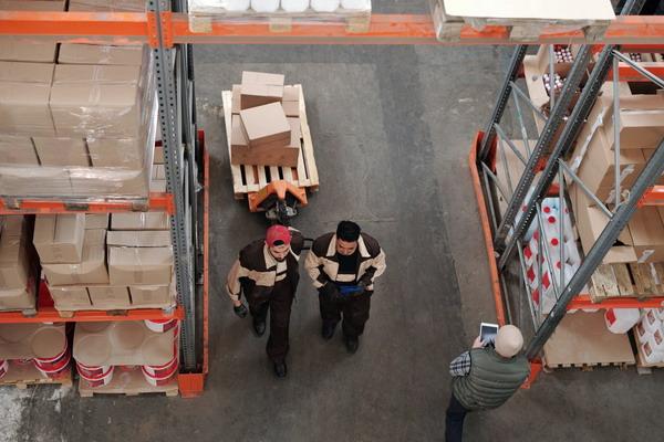 рабочие склада